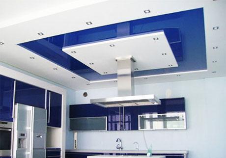 Современная кухня с двухуровневый потолком