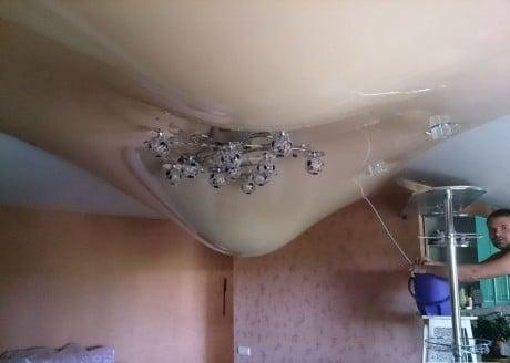 пленочный потолок под действием воды