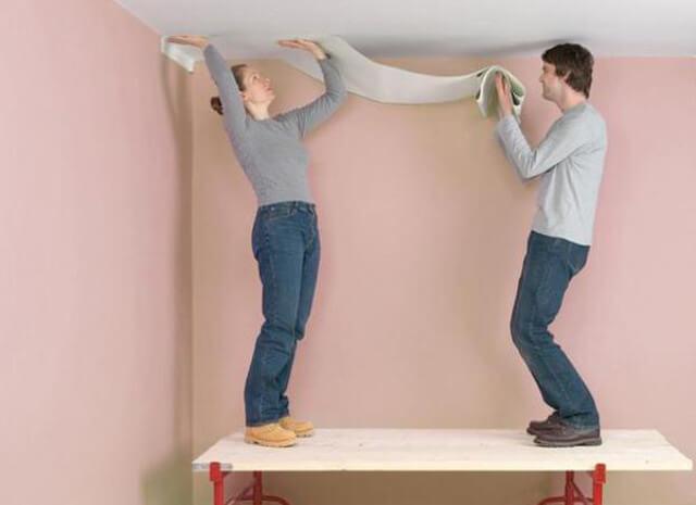 какие обои лучше клеить на потолок