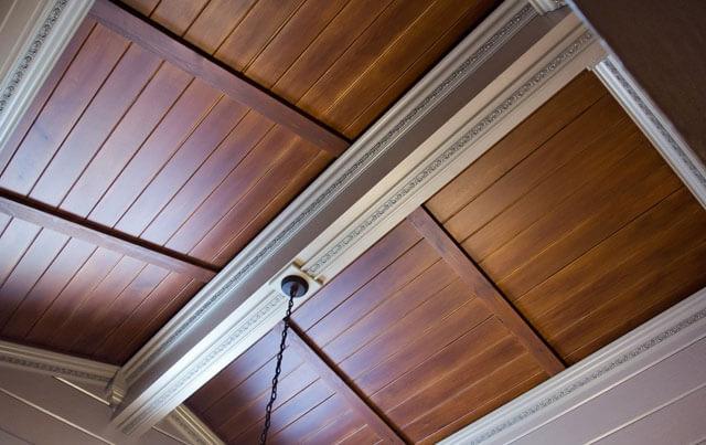 отделка брусом потолка