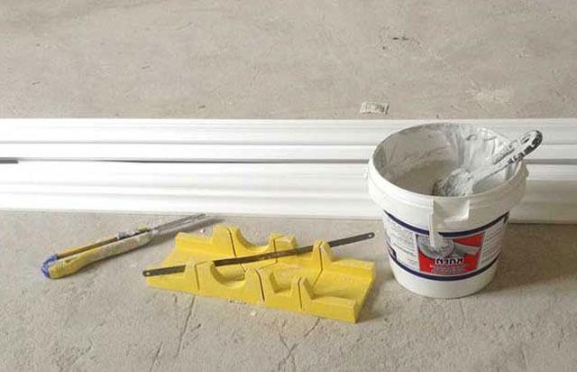 как клеить багеты на натяжной потолок
