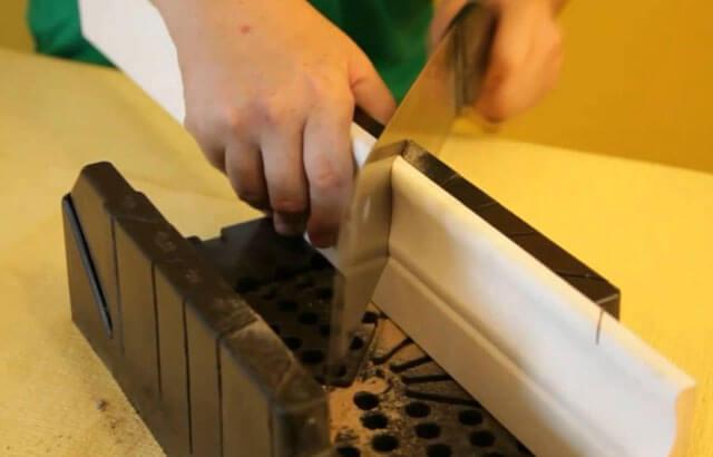под каким углом резать потолочный плинтус
