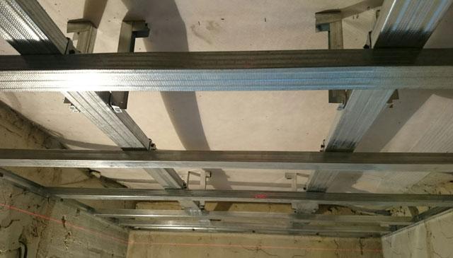 монтаж одноуровневого потолка из гипсокартона