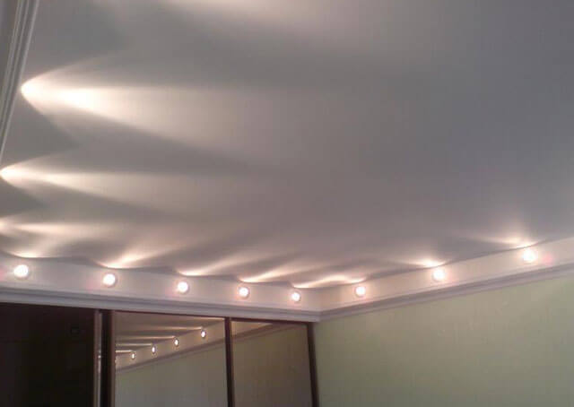 примеры освещения натяжных потолков