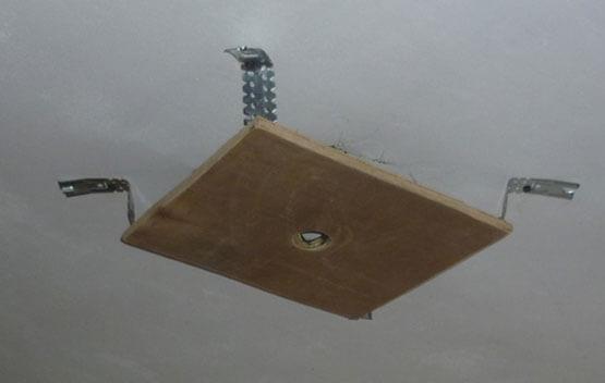 подвеска люстры на натяжной потолок