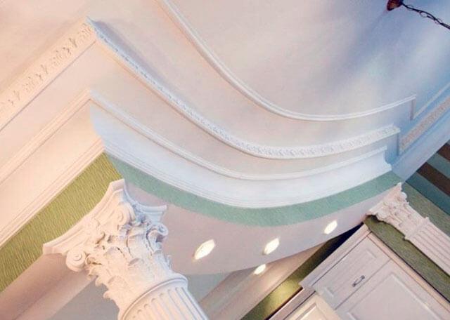 покраска потолочного плинтуса из полиуретана