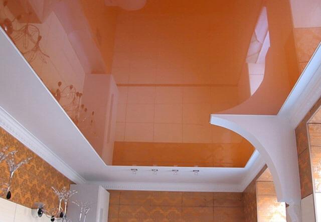 как наклеить плинтус на натяжной потолок