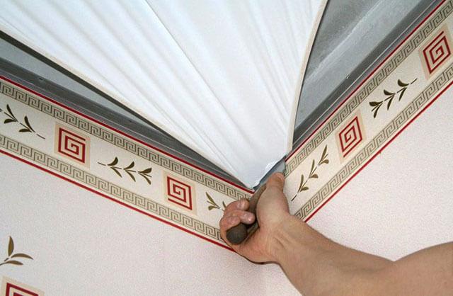 натяжные потолки на сколько опускается потолок