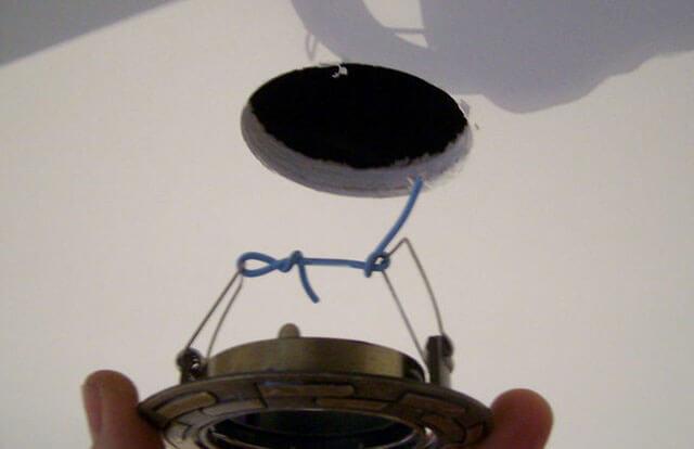 как подключить лампочки в подвесном потолке