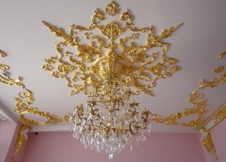 розетка под золото на потолке