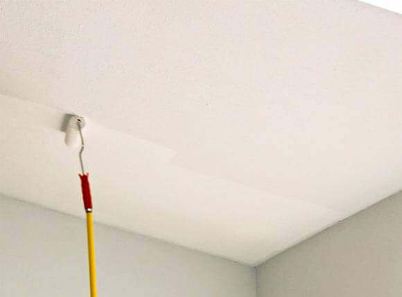 как аккуратно покрасить потолок