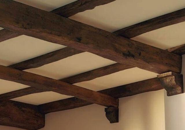 потолок в деревянном доме с балками