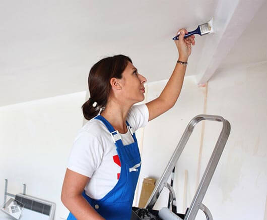как красиво покрасить потолок