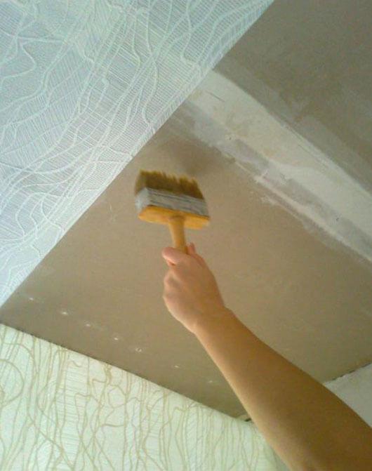 как клеить флизелин на потолок своими руками