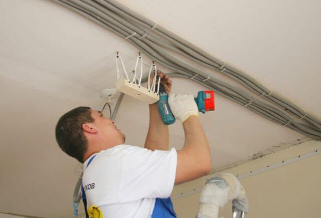 чем крепить провода к потолку