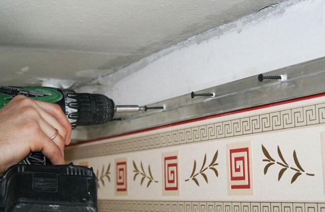 на сколько опускается натяжной потолок при установке
