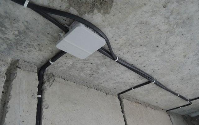 крепление электропроводки к потолку