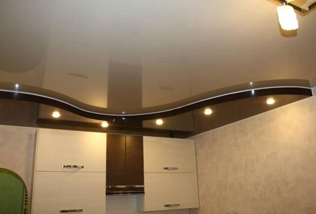 можно ли натягивать потолок на кухне