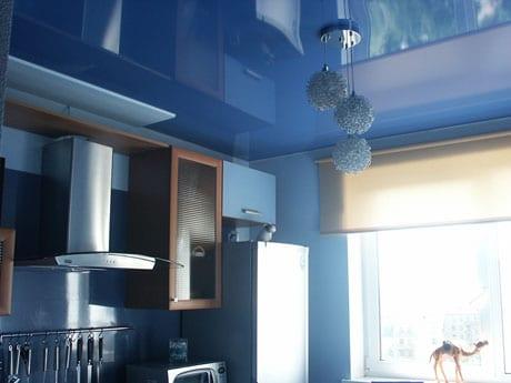 Глянцевый потолок в кухне
