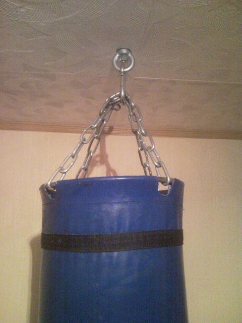Боксерский мешок закреплен
