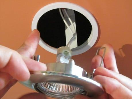 светильник вставляется в отверстие