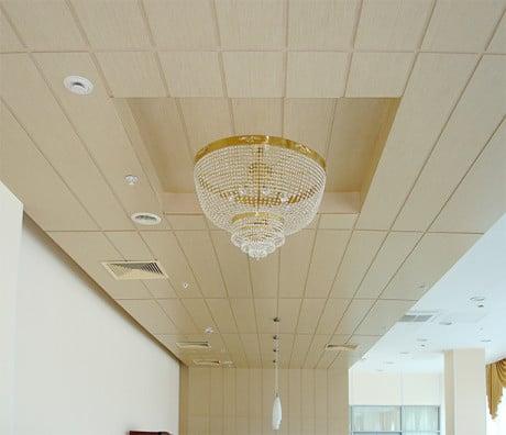 потолок в светлых тонах