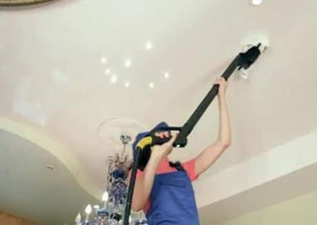 Профессиональная очистка натяжного потолка