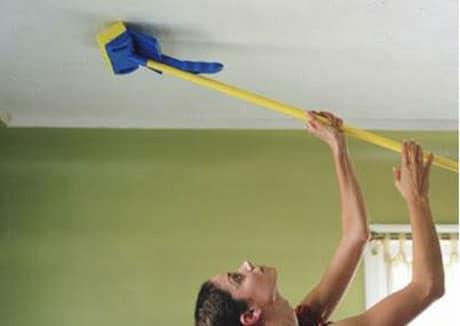 Очистка потолка щеткой с тряпкой