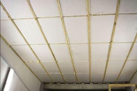 Утепленный пенопластом потолок