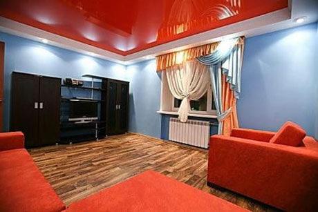 Потолок ярко-красного цвета в гостиной