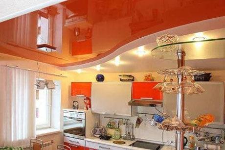 Глянцевый красный потолок в кухне