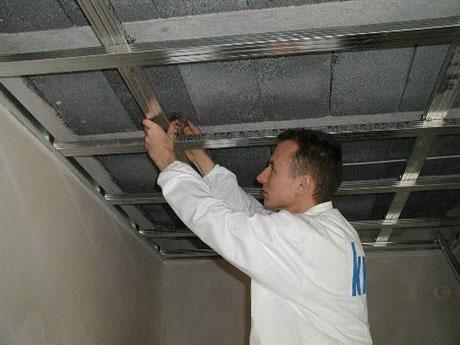 Процесс монтажа металлокаркаса для подвесного потолка