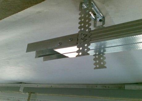 Крепеж направляющих для подвесного потолка