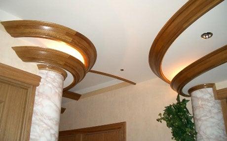 Деревянный плинтус на потолке