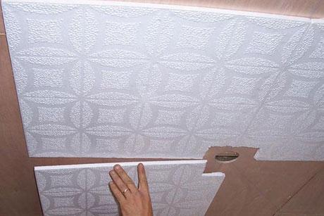 Полистирольные плиты на потолке