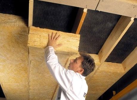 Укладка минеральной ваты на потолок