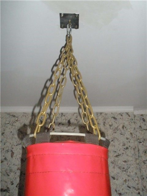 Боксерский мешок на потолочном кронштейне