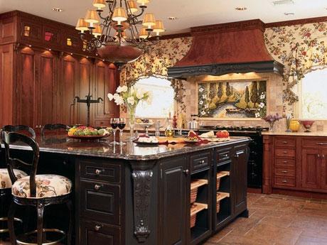 Классическая люстра в кухне