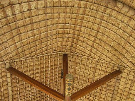 Декоративный потолок из рогожки