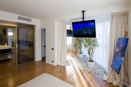 подвесной телевизор на потолке