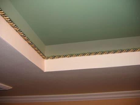 Украшение декоративным шнуром стыков потолка