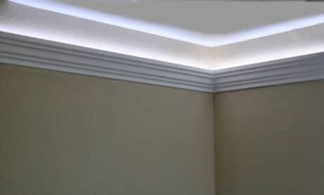 Плинтус с подсветкой на потолке