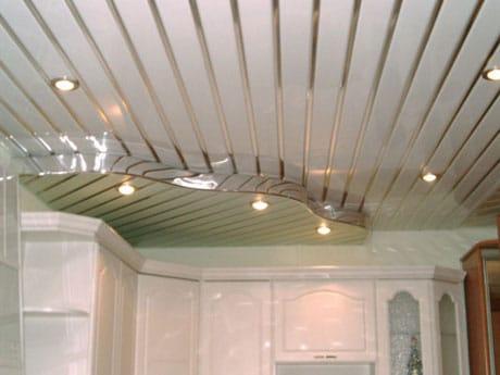 Двухъярусный реечный потолок в ванной
