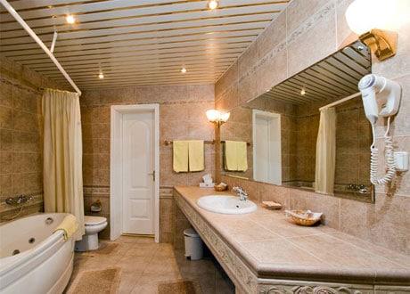 Простой реечный потолок в ванной
