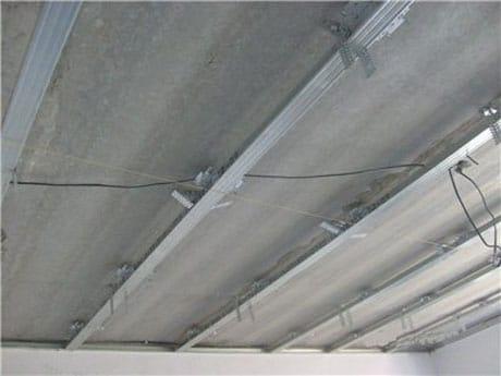 Первый уровень каркаса потолка из гипсокартона