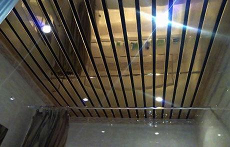 Зеркальные пластиковые панели на потолке