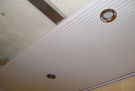 Пластиковый потолок со светильниками