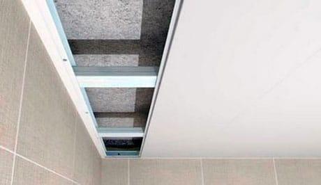 Укладка панелей на потолок