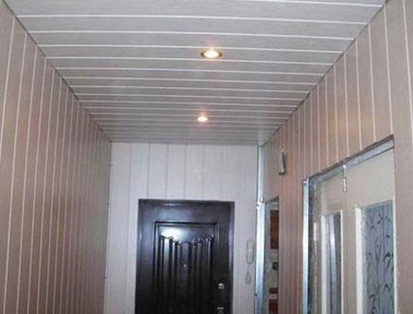 Точечные светильники на панельном потолке