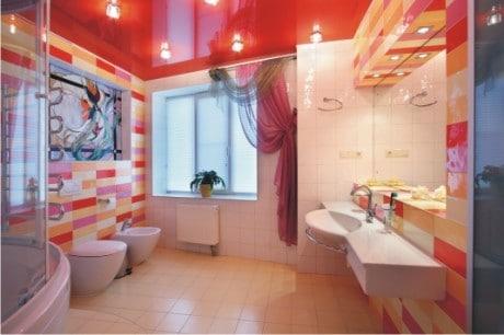 алый потолок в ванной
